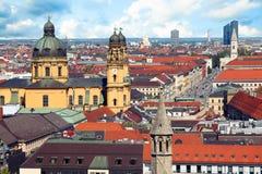 Opinión de centro de ciudad de Munich a la ciudad, a los tejados y a los chapiteles viejos fotografía de archivo libre de regalías