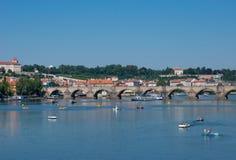 Opinión de Charles Bridge en Praga Foto de archivo libre de regalías