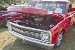 Opinión de Chevy Truck Front de 1970 rojos Foto de archivo libre de regalías