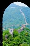 Opinión de China de la Gran Muralla de Muntianyu a través del arco Fotos de archivo libres de regalías