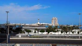 Opinión de cielo azul la ciudad Marina Mall de Abu Dhabi, del puerto deportivo del ojo de la rueda y de Fairmont Marina Residence almacen de video