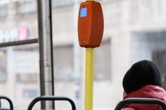 Opinión de Clsoe-up el lector del boleto a bordo de una tranvía Imagenes de archivo