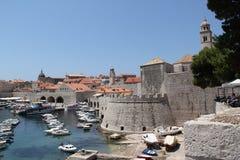 Opinión de Croacia, Dubrovnik de la fortaleza y del puerto Foto de archivo libre de regalías