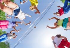 Opinión de debajo de los niños que juegan a voleibol imagenes de archivo