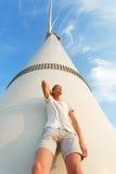 Opinión de debajo de un individuo joven fresco El inclinarse adolescente en el molino de viento eléctrico Un varón elegante en un Foto de archivo libre de regalías