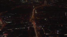 Opinión de Dubai de la noche de la ventana del avión del vuelo almacen de video