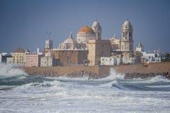 Opinión de edificios históricos de Cádiz en tormenta foto de archivo libre de regalías