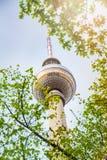 Opinión de Fernsehturm del berlinés en Berlín, Alemania foto de archivo