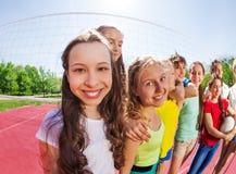 Opinión de Fisheye de las adolescencias que se colocan en la fila en corte Imagenes de archivo