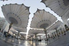 Opinión de Fisheye de paraguas gigantes en Masjid Nabawi Imagen de archivo