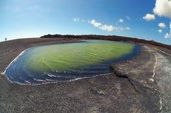 Opinión de Fisheye del lago volcánico Lago Verde, EL Golfo Lanzarote C Foto de archivo