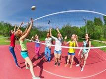 Opinión de Fisheye los adolescentes que juegan a voleibol Fotografía de archivo libre de regalías