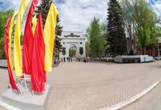 Opinión de Fisheye sobre las banderas del arco triunfal y del colorfull en Samara Fotos de archivo libres de regalías