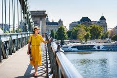 Opinión de goce femenina de Budapest del puente de cadena imagen de archivo