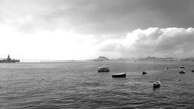 Opinión de Guanabara Bay BaÃa de Guanabara a partir XV de Praça cuadrado XV en blanco y negro Imagen de archivo libre de regalías
