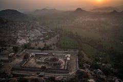 Opinión de Hampi de la colina del matanga en la salida del sol sobre el karnakata de la India del templo del achyutaraya con de n imagenes de archivo