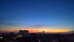 Opinión de Ho Chi Minh City del edificio en el crepúsculo imagen de archivo