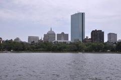 Opinión de John Hancock Tower del río Charles en el estado de Boston Massachusettes de los E.E.U.U. Fotografía de archivo