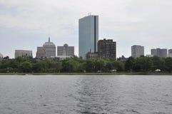 Opinión de John Hancock Tower del río Charles en el estado de Boston Massachusettes de los E.E.U.U. Imagenes de archivo
