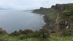 opinión de 4K UltraHD Clifftop de la costa costa de la isla de Skye almacen de metraje de vídeo