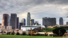 opinión de 4K UltraHD del horizonte de Los Ángeles con el campo de fútbol en el primero plano almacen de metraje de vídeo