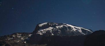 Opinión de Kilimanjaro de la ruta de Machame debajo de las estrellas en la noche Imágenes de archivo libres de regalías