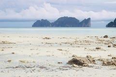 Opinión de Koh Phi Phi Leh de la playa de Koh Phi Phi Don, Tailandia Imágenes de archivo libres de regalías