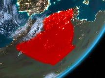 Opinión de la órbita de Argelia en la noche stock de ilustración
