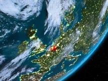 Opinión de la órbita de Bélgica en la noche stock de ilustración