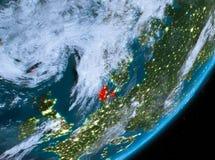 Opinión de la órbita de Dinamarca en la noche ilustración del vector