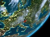 Opinión de la órbita de Eslovenia en la noche stock de ilustración