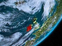 Opinión de la órbita de Irlanda en la noche stock de ilustración