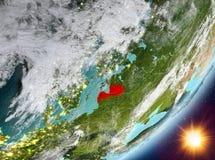 Opinión de la órbita de Letonia durante salida del sol ilustración del vector