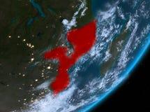 Opinión de la órbita de Mozambique en la noche stock de ilustración