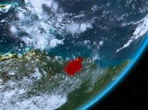Opinión de la órbita de Suriname en la noche stock de ilustración