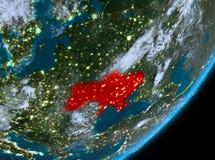 Opinión de la órbita de Ucrania en la noche stock de ilustración
