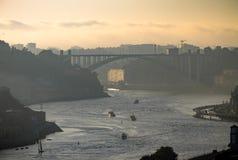 Opinión de la última hora de la tarde del río del Duero en Oporto fotografía de archivo libre de regalías