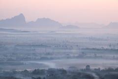 Opinión de la acuarela del paisaje de niebla de la mañana Hpa, Myanmar (oficina Foto de archivo libre de regalías