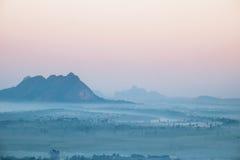 Opinión de la acuarela del paisaje de niebla de la mañana Hpa, Myanmar (oficina Fotos de archivo libres de regalías