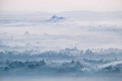 Opinión de la acuarela del paisaje de niebla de la mañana Hpa, Myanmar (oficina Fotografía de archivo