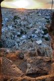 Opinión de la aldea del castillo de la cueva, Cappadocia Foto de archivo libre de regalías