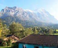 Opinión de la aldea en Jungefrau, Suiza Imagen de archivo