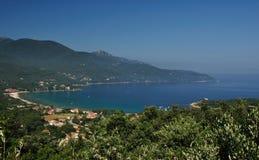 Opinión de la bahía de Elba Island con la playa de Procchcio Foto de archivo