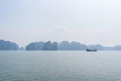 Opinión de la bahía de Halong, Vietnam Imagenes de archivo