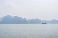 Opinión de la bahía de Halong, Vietnam Fotografía de archivo