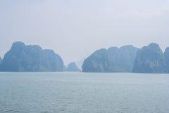 Opinión de la bahía de Halong, Vietnam Fotos de archivo libres de regalías