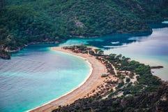 Opinión de la bahía de Oludeniz en la ciudad de Fethiye Paisaje que sorprende de la manera de Lycian Destinación del recorrido Co imagenes de archivo