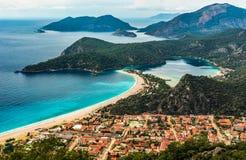 Opinión de la bahía de Oludeniz en la ciudad de Fethiye Paisaje que sorprende de la manera de Lycian Destinación del recorrido Co foto de archivo libre de regalías