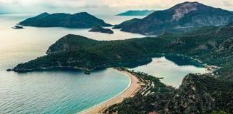 Opinión de la bahía de Oludeniz en la ciudad de Fethiye Paisaje que sorprende de la manera de Lycian Destinación del recorrido Co fotos de archivo libres de regalías