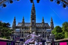 Opinión de la bola de la vida en la estatua delante ayuntamiento en Viena, Austr Foto de archivo libre de regalías